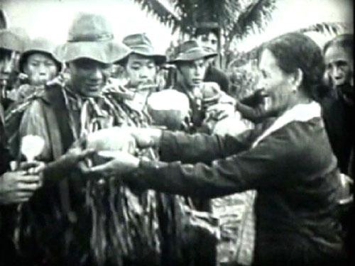 Người dân chia tay khi bộ đội, cán bộ rời Cao Lãnh Ảnh: Tư Liệu
