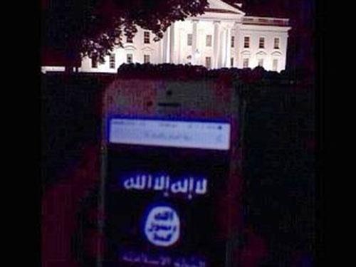 """Cờ IS trên màn hình điện thoại di động, hậu cảnh là Nhà Trắng với thông điệp """"các ngươi là mục tiêu khắp nơi của bọn tao…"""" Ảnh: Daily Mail"""