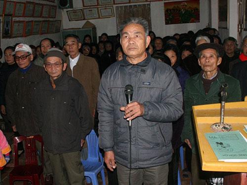 Đã 38 năm trôi qua, ông Nguyễn Huy Báu (cầm micro) luôn được người dân thôn Nhuệ Thôn, xã Thuần Lộc, huyện Hậu Lộc, tỉnh Thanh Hóa tín nhiệm Ảnh: TUẤN MINH