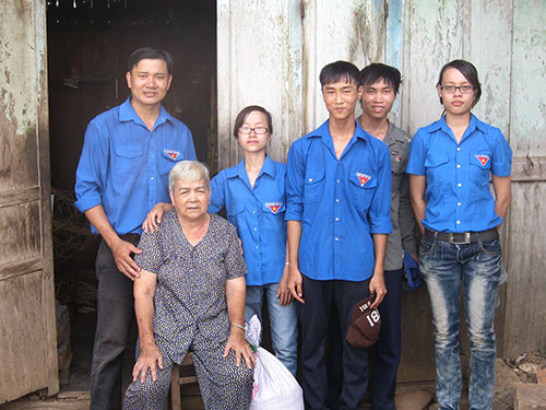 Anh Lê Minh Tân (bìa trái) cùng các đoàn viên trong một chương trình chăm sóc người lớn tuổi có hoàn cảnh khó khăn