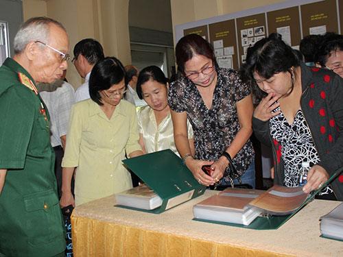 Cán bộ đi B và thân nhân tìm hồ sơ được trưng bày tại Bảo tàng TP HCM mới đây