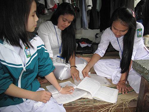 Các nữ sinh Trường THPT Lê Lợi (thị trấn La Hai, huyện Đồng Xuân, tỉnh Phú Yên) ôn bài trước giờ đi họcẢnh HỒNG ÁNH