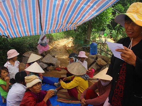 Người dân dựng lều phản đối việc xây dựng khu xử lý rác thải tại xã Quế Cường, huyện Quế Sơn, tỉnh Quảng Nam, tháng 7-2013 Ảnh: QUANG VINH