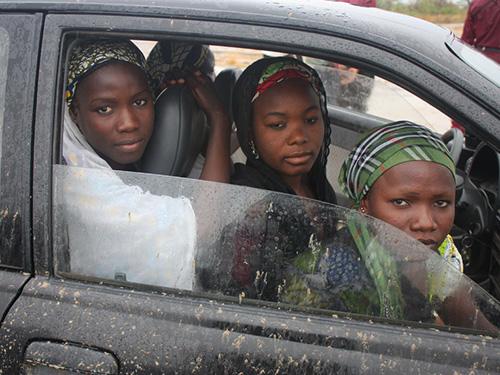 Ba trong số các nữ sinh ở Chibok trốn thoát đi đến Maiduguri, thủ phủ bang Borno, để khai báo Ảnh: THE ATLANTIC