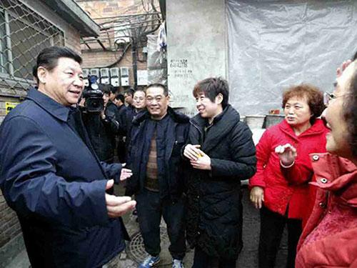 Ông Tập Cận Bình gặp gỡ cư dân Bắc Kinh hồi cuối tháng 2-2014 giữa lúc sương mù ô nhiễm dày đặc bao trùm khắp thủ đôẢnh: ĐẠI CÔNG BÁO