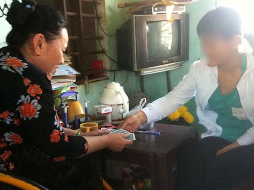 """Một """"bà thầy"""" ở Quảng Ngãi đang xem bói Ảnh: TỬ TRỰC"""