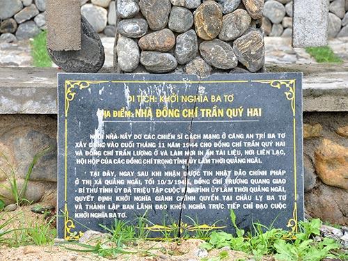 Một tấm bia tưởng niệm tại Di tích Khởi nghĩa Ba Tơ bể nát, bị bỏ dưới đất