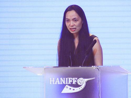 Đạo diễn Nguyễn Hoàng Điệp đã xúc động bật khóc khi nhận giải thưởng đặc biệt của Ban Giám khảo Liên hoan Phim quốc tế Hà Nội lần 3 dành cho tác phẩm của mình Ảnh: Nguyễn Ngọc