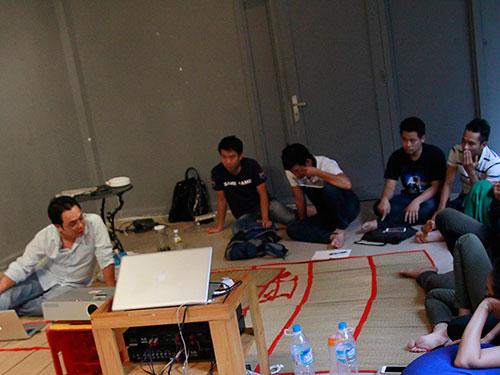 Đạo diễn Phan Đăng Di (bìa trái) đang hướng dẫn các đạo diễn trẻ cách lập dự án phim tại địa điểm Ga0 - không gian nghệ thuật độc lập. ( Ảnh do Ga0 cung cấp).
