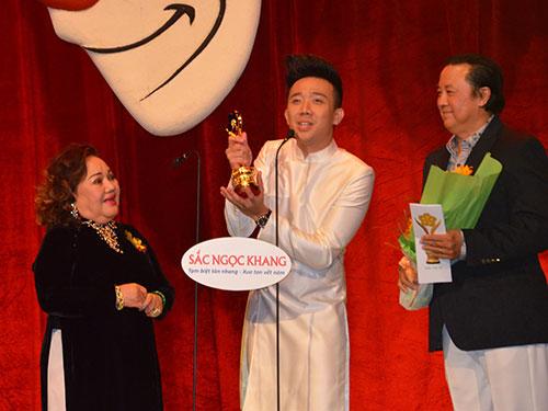 Nghệ sĩ Trấn Thành nhận Giải Mai Vàng 2013 hạng mục Diễn viên hài được yêu thích nhất Ảnh: Tấn Thạnh