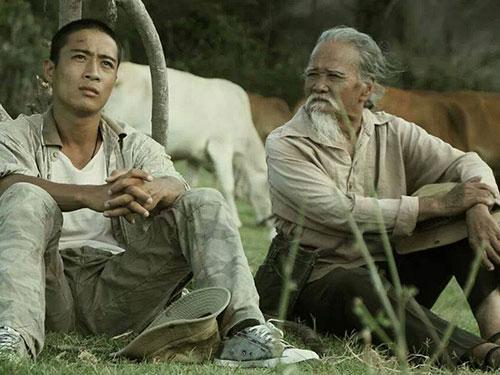 Nghệ sĩ Hữu Thành (phải) trong phim Dấu chân du mục. (Ảnh do đoàn làm phim cung cấp)