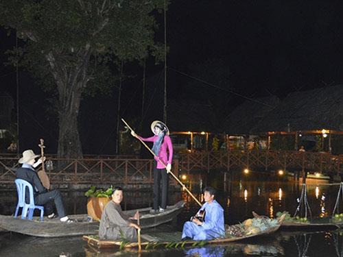 Đờn ca tài tử trên sông là một không gian tạo nhiều cảm hứng cho người chơi. (Một cảnh tái hiện ĐCTT trên sông nước). Ảnh: Hữu Thọ