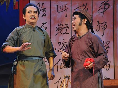 Nghệ sĩ Thành Lộc và Bạch Long trong vở Linh vật hoàng triều
