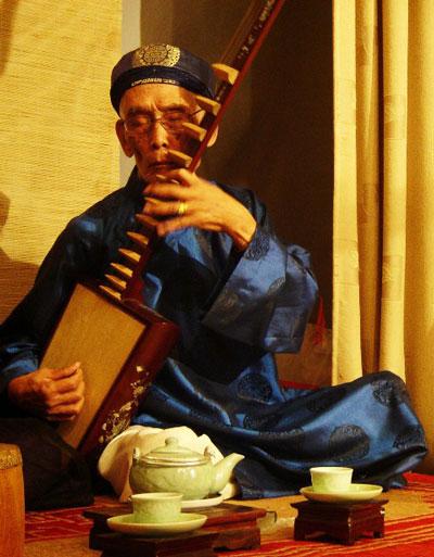 Nghệ nhân đàn đáy Nguyễn Phú ĐẹẢnh: hoàng Nguyên