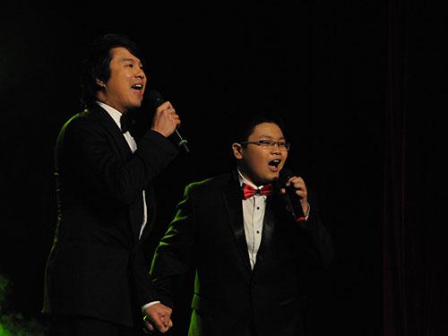 """Ca sĩ Thanh Bùi (trái) suýt không biểu diễn được trong lễ trao Giải Mai Vàng lần thứ 19-2013 nếu ban tổ chức không """"xoay xở"""" kịp giấy phép từ Bộ VH-TT-DL Ảnh: Tấn Thạnh"""