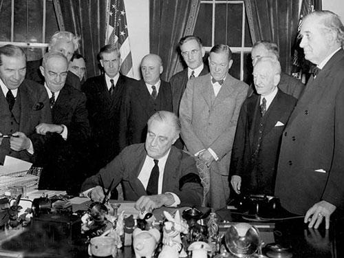 Tổng thống Mỹ Franklin Roosevelt ký lời tuyên chiến chống lại Nhật Bản ngày 8-12-1941 sau khi Trân Châu Cảng bị tấn công Ảnh: AP