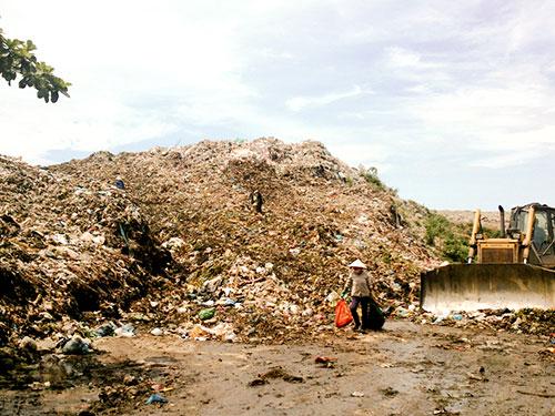 Núi rác khổng lồ Cồn Quán gây ô nhiễm môi trường trầm trọng giữa lòng TP Thanh Hóa Ảnh: Tuấn Minh