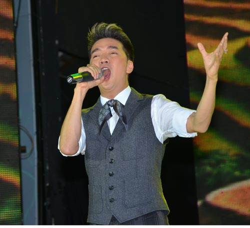 Hai ca sĩ Đông Nhi và Đàm Vĩnh Hưng được báo giới nhận định có lợi thế hơn trong cuộc đua giành tượng  Mai Vàng 2013Ảnh: TẤN THẠNH