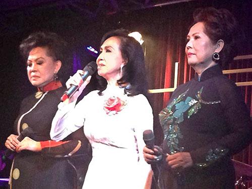 Từ trái sang: Các ca sĩ Giao Linh, Trang Mỹ Dung, Phương Dung trong đêm nhạc chia tay sân khấu của ca sĩ Trang Mỹ Dung