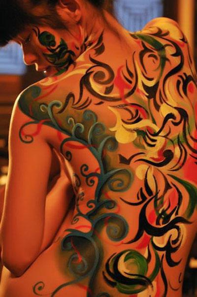 Diễn viên Hồng Ánh với tác phẩm body painting Ảnh: Phan Quang