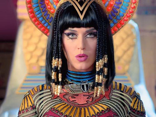 Katy Perry trong MV Dark Horse Nguồn: Independent UK