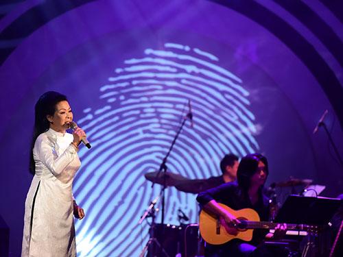 Khánh Ly trình diễn trong liveshow của mình tại Hà Nội