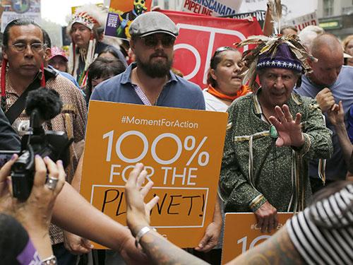 Leonardo DiCaprio dẫn đầu cuộc tuần hành kêu gọi chống biến đổi khí hậu ở New York - Mỹ hôm 21-9 Nguồn: Reuters