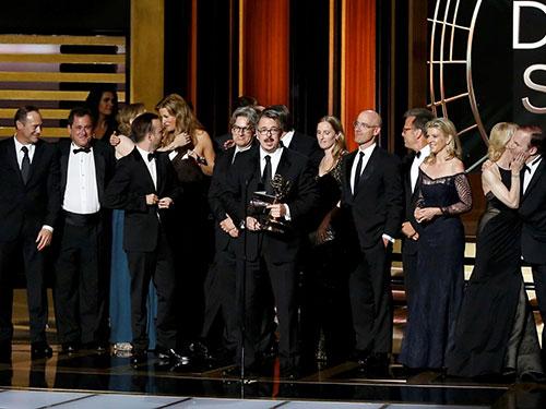 Nhà sản xuất Vince Gilligan và ê-kíp làm phim Breaking Bad nhận giải Phim truyền hình chính kịch xuất sắc nhất. Ảnh: Reuters