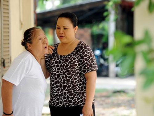 Nghệ sĩ Thiên Kim (trái) trong phim Hạnh phúc quanh đây. (Ảnh do đoàn phim cung cấp)
