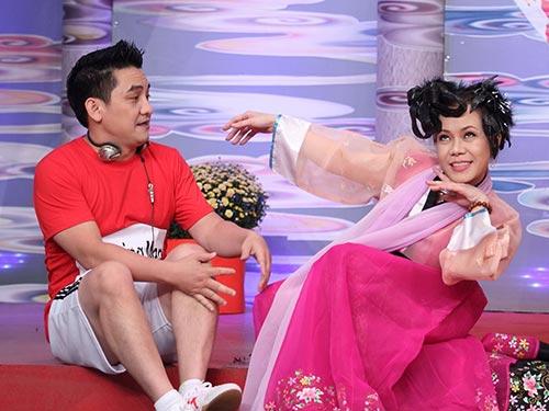 Nghệ sĩ Việt Hương và Anh Vũ trong tiết mục Đường đua cuối năm
