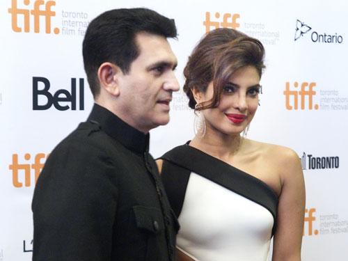 Nữ diễn viên - cựu Hoa hậu Thế giới Priyanka Chopra và đạo diễn Omung Kumar tại buổi ra mắt phim Mary Kom ở Liên hoan Phim Toronto 2014 Ảnh: REUTERS