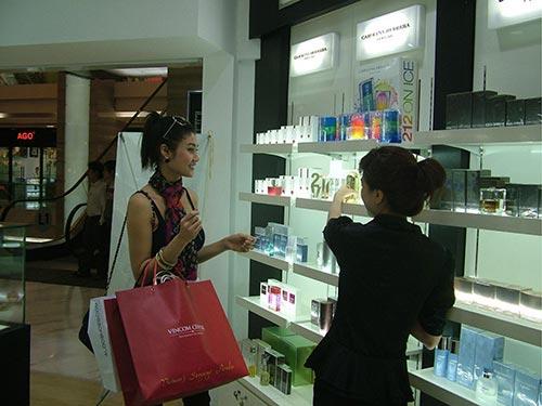 Khách hàng mua sắm tại Vincom Center B TP HCM
