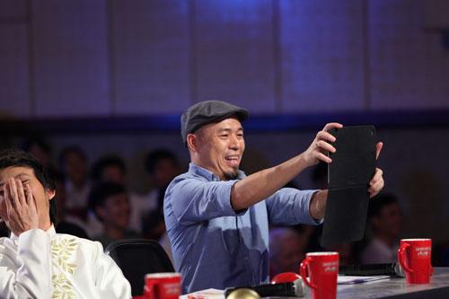 """Giám khảo Huy Tuấn bị """"hạ gục"""" hoàn toàn bởi màn trình diễn quyến rũ (Ảnh do chương trình cung cấp)"""