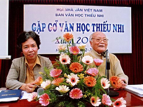 Nhà văn Tô Hoài và nhà văn Lê Phương Liên trong một cuộc họp về văn học thiếu nhi tháng 3-2008 tại Hà Nội. (Ảnh do tác giả cung cấp)