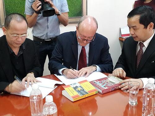 GS Larry Berman và đại diện Công ty Cát Tiên Sa ký kết thực hiện bộ phim Ảnh: FIRST NEWS