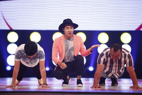 MC Nguyên Khang cùng khách mời trong một thử thách trên sân khấu Cười là thua