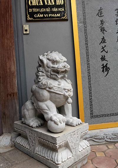 Sư tử đá trước cổng chùa Vân Hồ, Hà Nội  Ảnh: Nguyễn Hoàng