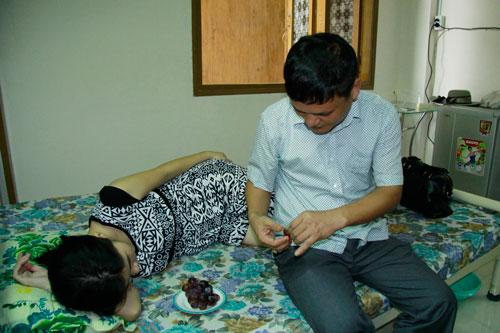 Anh Hoàng Anh Tuấn đang cặm cụi chăm sóc vợ trong những ngày đầu có thai  Ảnh: HOÀNG TRIỀU