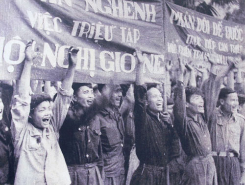 Niềm vui của người dân khi Việt Nam được mời tham gia Hiệp định Genève Ảnh: TƯ LIỆU