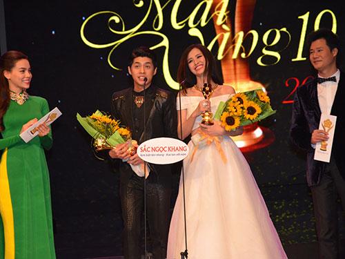Ca sĩ Noo Phước Thịnh và Đông Nhi nhận giải Nam - Nữ ca sĩ hát nhạc nhẹ Giải Mai Vàng 2013 Ảnh: Tấn Thạnh