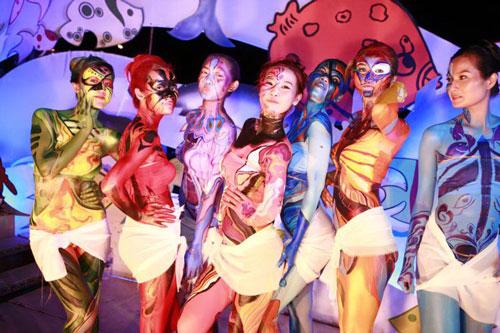 Một cảnh trình diễn body painting tại TP HCM