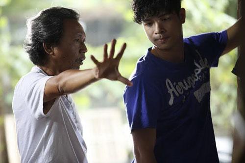 Đạo diễn Nguyễn Minh Chung (trái) chỉ đạo diễn xuất trên phim trường bộ phim Đam mê nghiệt ngã (Ảnh do nhân vật cung cấp)