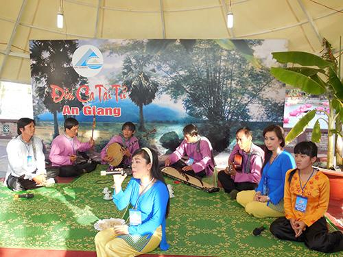 CLB Đờn ca tài tử An Giang trình diễn tại Festival Đờn ca tài tử quốc gia lần I - Bạc Liêu 2014
