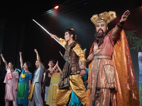 Hầu hết diễn viên của lớp đào tạo đạo diễn Vũ Minh đều tuyển từ nguồn diễn viên, đạo diễn trẻ tốt nghiệp Trường ĐH Sân khấu Điện ảnh TP HCM nhưng không có việc làm. Trong ảnh: Một cảnh trong vở
