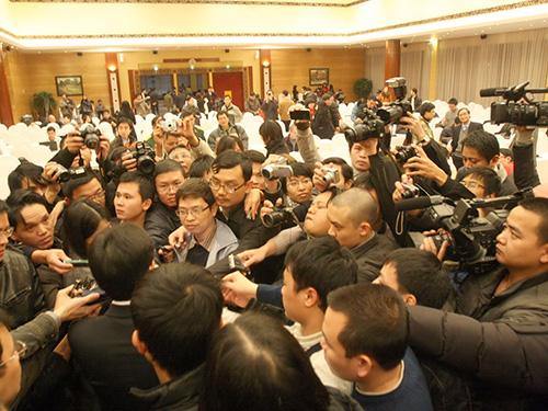 Các phóng viên đang tác nghiệp trong một sự kiện Ảnh: NGỌC THẮNG