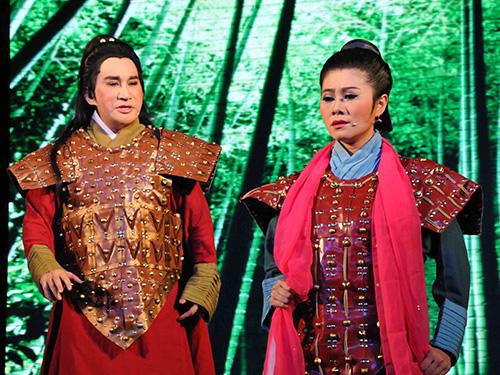 NSƯT Kim Tử Long và NSƯT Quế Trân trong vở Chiếc áo thiên nga do Nhà hát Cải lương Trần Hữu Trang dàn dựng năm 2008