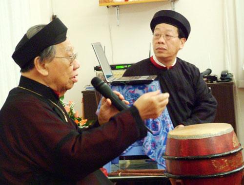 GS-TS Trần Văn Khê và con trai - GS - nhạc sĩ Trần Quang Hải - trong buổi nói chuyện chuyên đề âm nhạc dân tộc tại tư gia Ảnh: THANH HIỆP