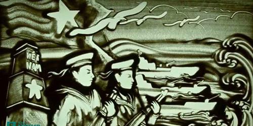 Tranh cát hứng tác từ bài thơ Mẹ kể con nghe của Lê Phong Giao. (Ảnh cắt từ clip)