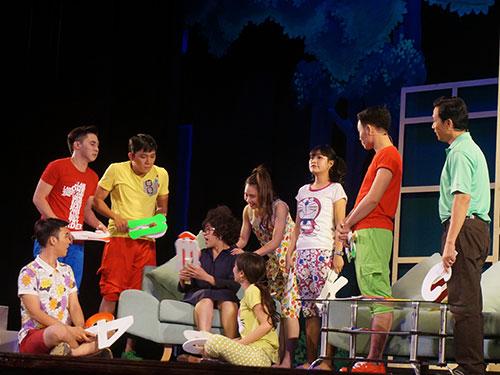 Diễn viên trẻ tốt nghiệp rất đông nên phần lớn chỉ đóng vai quần chúng trên các sàn diễn. Trong ảnh: Cảnh vở 49 ngày yêu diễn tại rạp Công Nhân