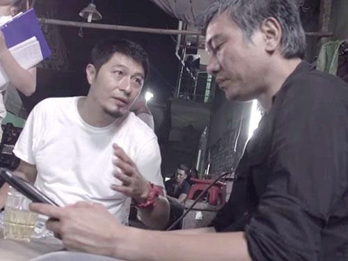 Phim Bụi đời Chợ Lớn bị cấm phát hành là một vết đen trong sự nghiệp đạo diễn điện ảnh của Charlie Nguyễn. Trong ảnh: Charlie Nguyễn (áo trắng) chỉ đạo trên trường quay phim Bụi đời Chợ Lớn. (Ảnh cắt từ YouTube)